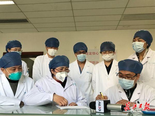 李兰娟院士(第一排中间)与武汉大学人民医院医生交流新的治疗方案