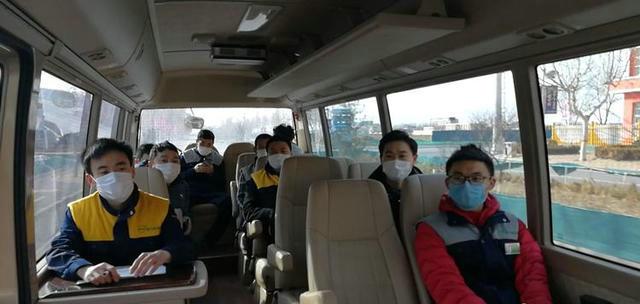 清河县经济开发区派专车帮企业接员工返岗