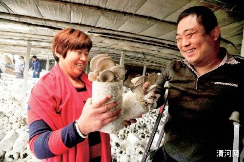 孙鹏涛(右)在给学员讲解平菇培育技术。